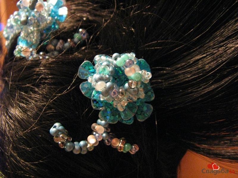 Цветок выполнен из чешского бисера бирюзового цвета, и сверху применен вытянутый продолговатой формы бисер прозрачный...